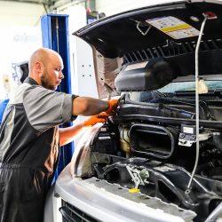 Un technicien entretient un véhicule dans l'atelier Pacific Auto à Morlaix